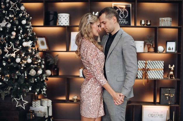Tanzendes paar zu weihnachten unter konfetti neujahr