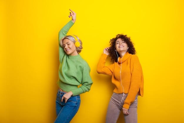 Tanzstudio schöne schwestern mit lockigem haar hören musik internet-technologie studioraum mit ...