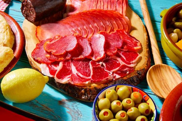 Tapas iberico schinken und lomo wurst oliven