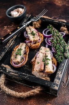 Tapas mit sardine und sprotte, frischkäse und zwiebeln