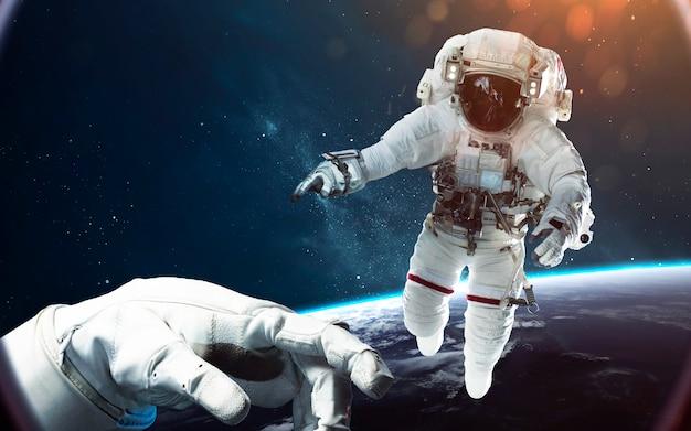 Tapferer astronaut auf dem weltraumspaziergang. menschen im weltall.