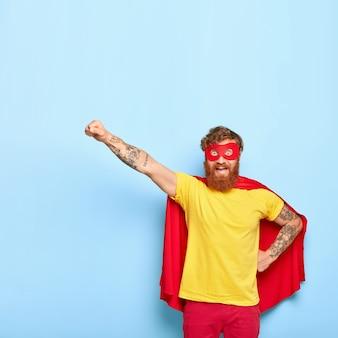 Tapferer fröhlicher mann held bereit zu fliegen, kann sein eigenes leben opfern, um anderen zu helfen, hat außergewöhnliche fähigkeiten