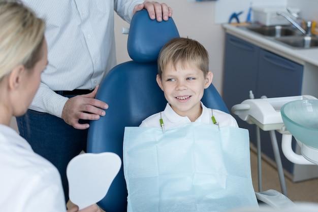 Tapferer kleiner junge, der zahnarzt besucht