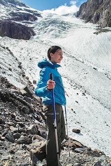 Tapferes mädchen, das berggipfel der altai-berge erobert.