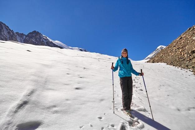 Tapferes mädchen, das bergspitzen der altai-berge erobert