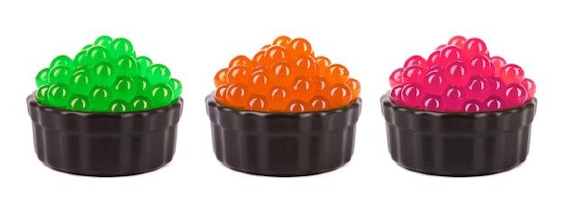 Tapiokaperlen für bubble tea auf weißem hintergrund. tapioka-fruchtperlen in einer schüssel mischen.