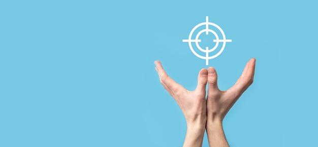 Targeting-konzept mit hand, die zielsymbol-dartboard-skizze auf tafel hält. ziel- und anlagezielkonzept.