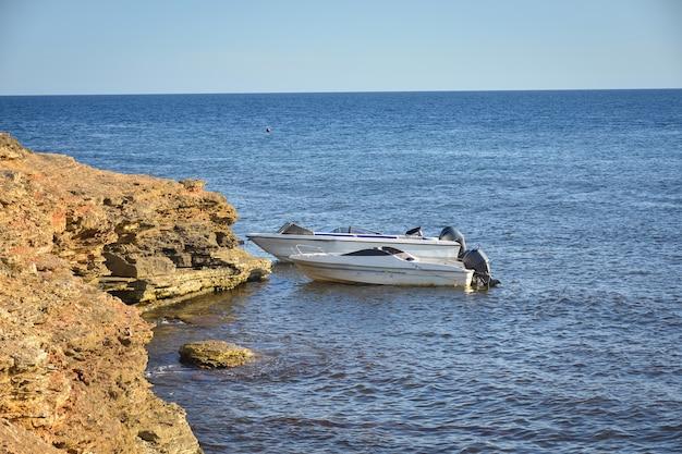 Tarhankut-kap mit türkisfarbenem wasser an der westküste der halbinsel krim. sommerseelandschaft, berühmtes reiseziel. malerische seelandschaft, strand der krimküste das schwarze meer jalta berge
