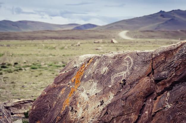 Tarkhatinsky megalithisches komplexes fragment. antike petroglyphen. altai russland toning sonnenaufgang.