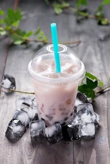 Taro bubble tea und schwarze tapiokaperlen auf crushed ice