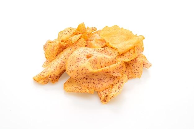 Taro-chips isoliert auf weißem hintergrund