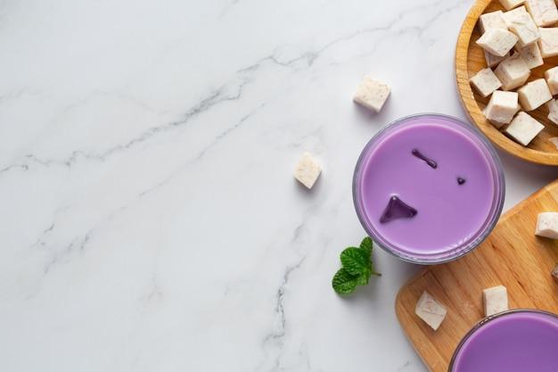 Taro kartoffel eistee auf dem tisch