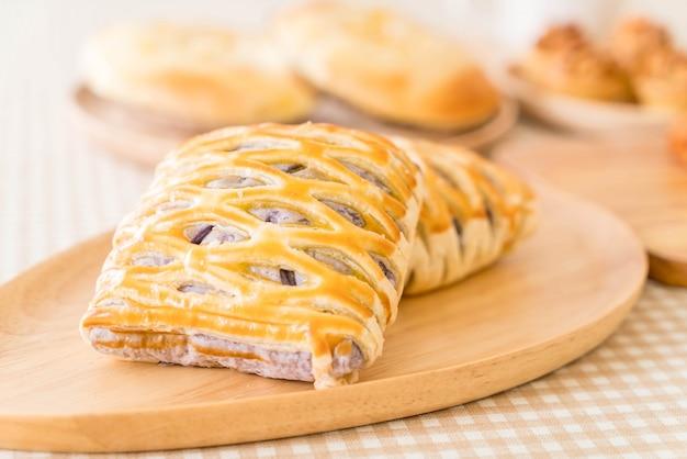 Taro pies auf dem tisch