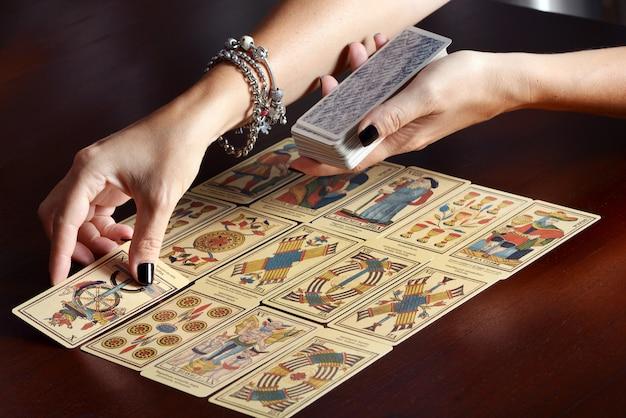 Tarotkarten auf den tisch legen