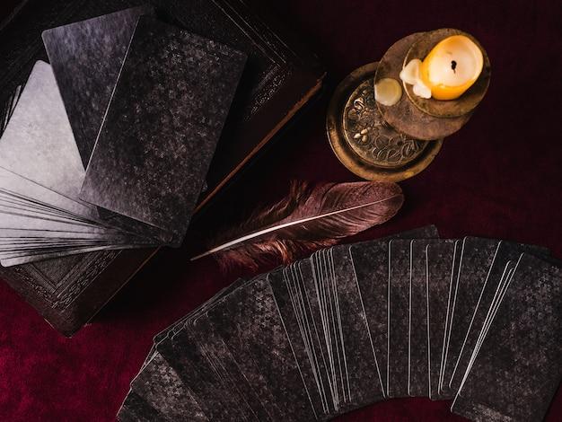 Tarotkarten und esoterisches konzept. magische rituale. mystischer tisch mit details. von oben betrachten. nahansicht