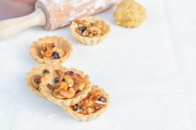 Tart cashew und rosinen
