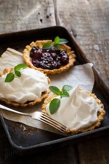 Tarte mit beeren und zuckerguss, sahne, schlagsahne. torte öffnen valentinstag. frühstück