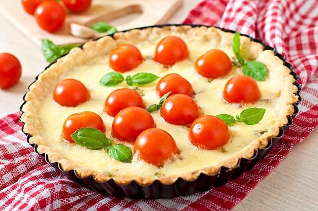 Tarte mit tomaten und käse mit basilikum