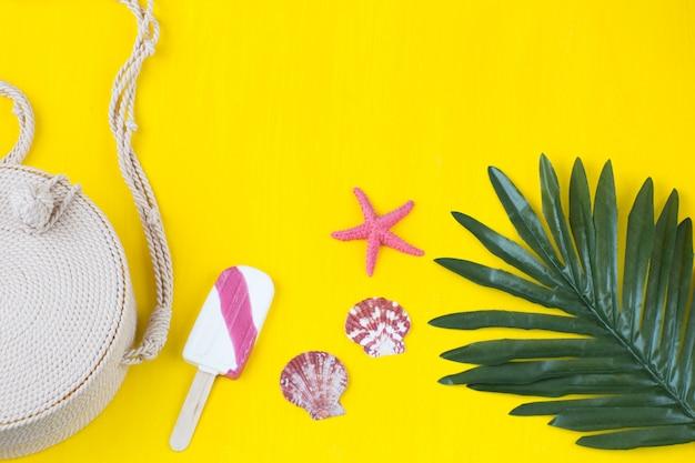 Tasche, eis, palmblatt, muscheln und seesterne