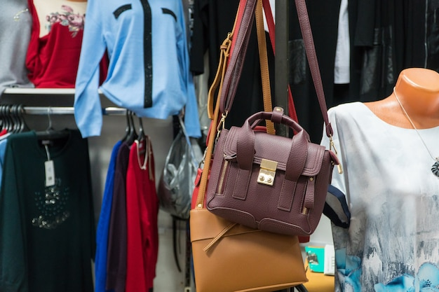 Tasche im damenbekleidungsgeschäft. nahaufnahme