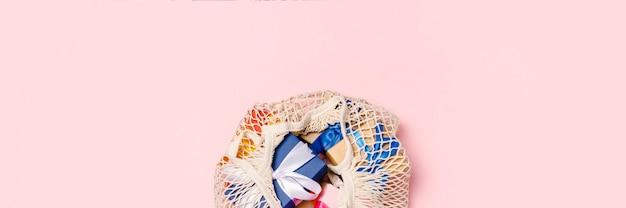 Tasche mit bunten geschenken draufsicht