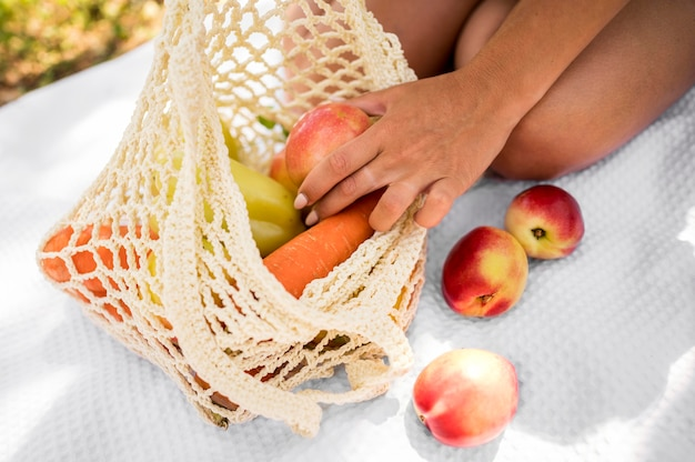 Tasche mit gesunden snacks nahaufnahme
