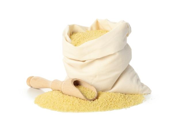 Tasche mit rohem couscous lokalisiert auf weißem hintergrund