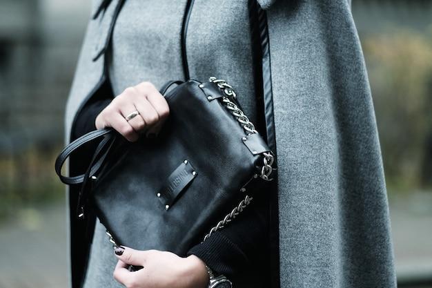 Tasche. tragendes accessoire des mädchens hautnah. herbsttag.