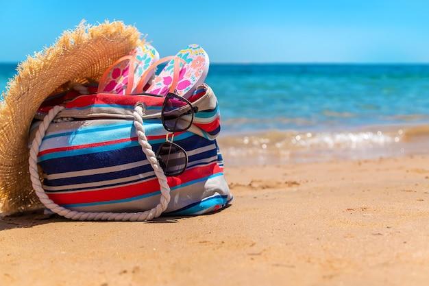 Tasche und sachen zum entspannen am meeresstrand. selektiver fokus. natur.