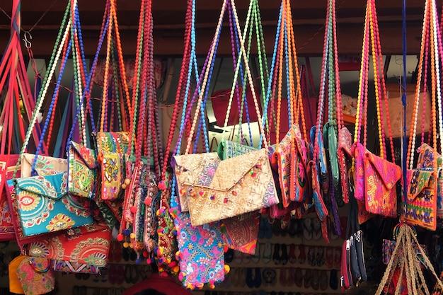 Taschen auf dem flohmarkt in rishikesh, indien