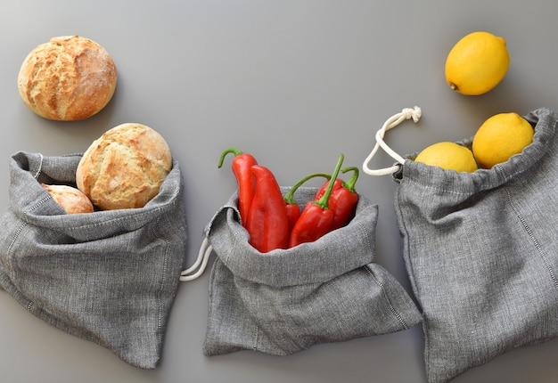 Taschen aus wiederverwendbarem leinen für den einkauf ohne abfälle, umweltfreundliche, handgefertigte kordeltaschen.