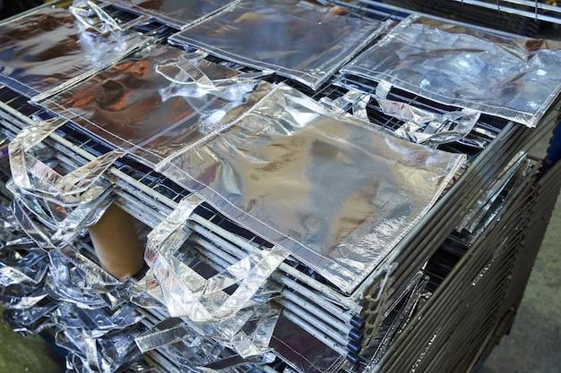 Taschen fabrik in silber stoff gestapelt