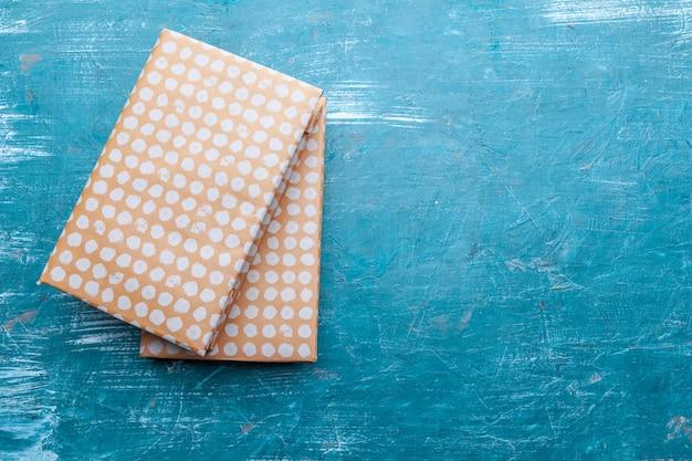 Taschenbücher auf einem tabellenhintergrund