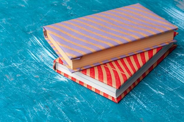 Taschenbücher auf einem tisch