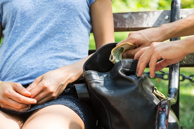 Taschendieb in aktion im park