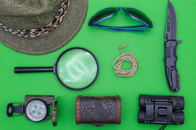 Taschenmesser mit kompass, papier, bleistift, notizbuch, taschenuhr, seil, lupe