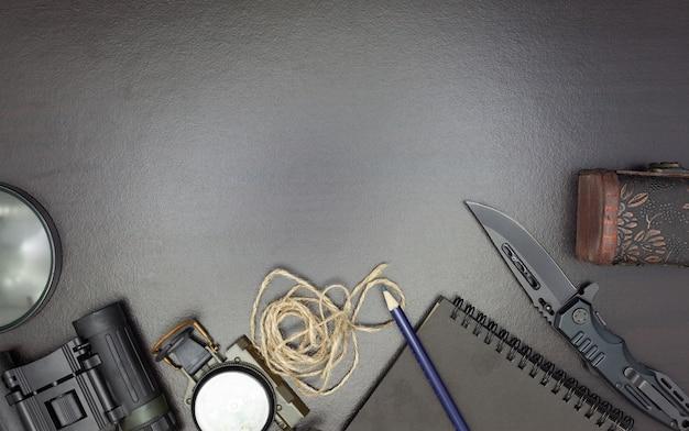 Taschenmesser mit kompass, papier, bleistift, notizbuch, taschenuhr, seil
