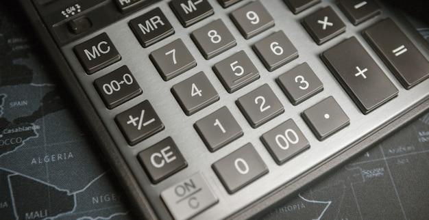 Taschenrechner auf dem tisch