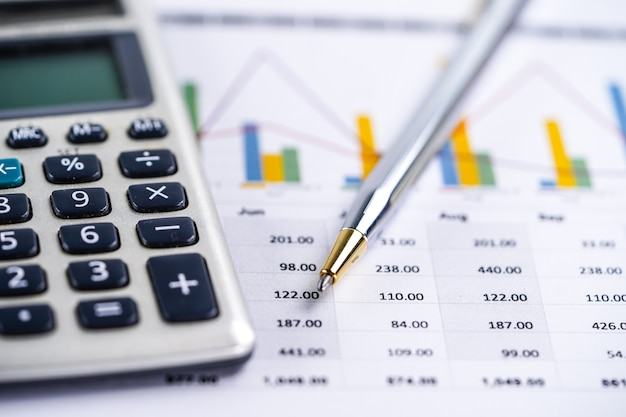 Taschenrechner, diagramme und diagramme. finanzen, konto, statistik und wirtschaft.