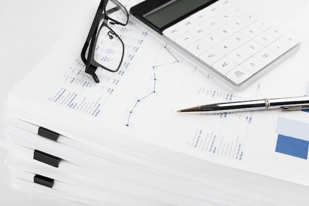 Taschenrechner, diagramme und grafiken tabellenkalkulationspapier. finanz-, rechnungswesen, statistik und geschäftskonzept.