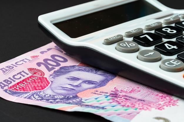 Taschenrechner mit ukrainischen griwna-banknoten schließen oben