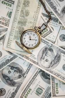 Taschenuhr auf hundert dollarnoten