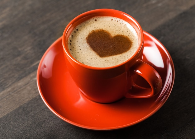 Tasse aromatischer kaffee mit schaum in herzform