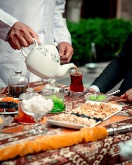Tasse aromatischer tee mit marmelade