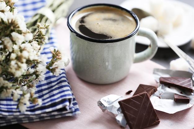Tasse aromatisierten kaffees mit schokolade auf tisch mit serviette, nahaufnahme