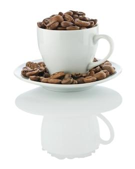 Tasse auf der untertasse mit kaffeebohnen