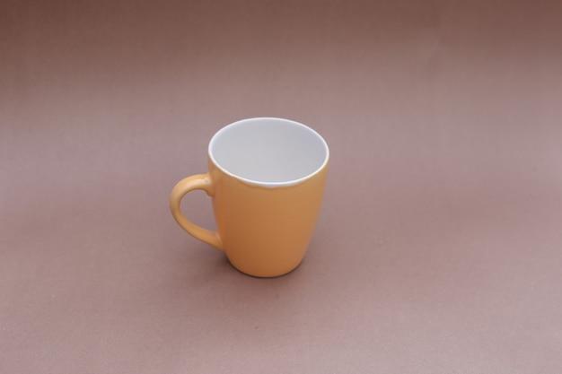 Tasse auf kraftpapier