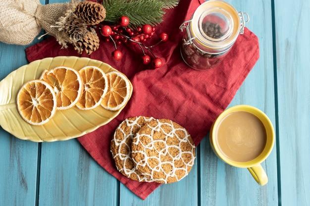 Tasse cappuccino auf einem weihnachtstisch verziert