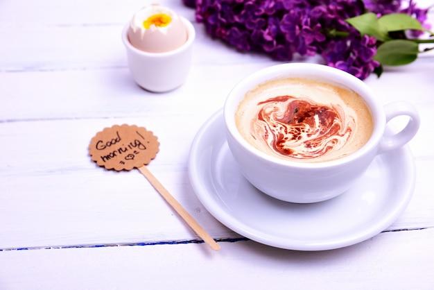 Tasse cappuccino mit einer untertasse