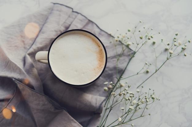 Tasse cappuccino mit gypsophila-blüten